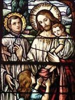 Белый Воин Радомир, которого мы знаем, как Иисуса Христа, со своими детьми – Светодаром и Вестой. Рядом с ним хорошо виден священнослужитель в одежде католической церкви, которая появилась только в 11-12 веках н.э.