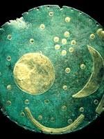«Небесный диск», найденный возле немецкого города Небра. На нём изображены ТРИ земные луны: Леля, Фатта и Месяц. Такую картинку можно было наблюдать только из Космоса и не позже, чем 113 тысяч лет назад, т.к. Леля была тогда уничтожена