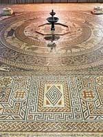 Мозаика со славяно-арийскими ведическими символами, найденная в одном из старинных строений в Великобритании, которые историки называют «римскими виллами». Подробнее см. сайт «Пища Ра»