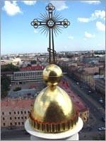 А здесь внутри креста видна настоящая основа христианства – иудаизм («Православный» крест на Свято-троицком Соборе московской патриархии в Санкт-Петербурге)…