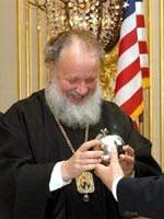 Главный нью-йоркский раввин дарит Кириллу (Гундяеву) яблоко из золота…