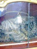 Украшенный скелет в католическом храме