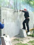 Работяги торопливо устанавливают незаконный забор
