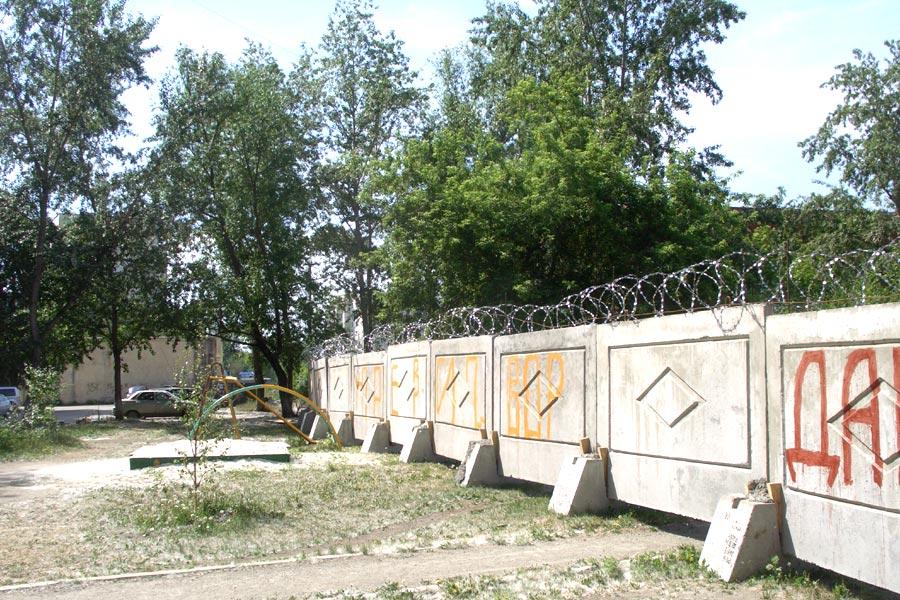 Стройка с колючей проволокой в Челябинске