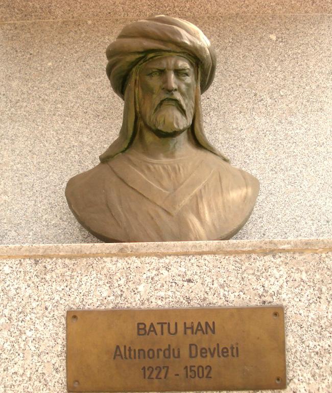 Памятник Хану Батыю, установленный в Турции в городе Сёгют. Дословный перевод таблички: Альтинорди Девлети – Военный управитель