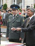 2008 год: посол США Уильям Тейлор вручает погоны выпускникам академии СБУ