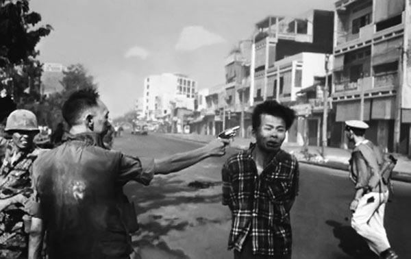 Бригадный генерал полиции Нгуен Нгок Лоан стреляет на улице Сайгона в висок Нгуен Ван Лема