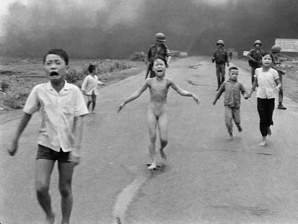 Группа детей на фоне клубов дыма, и в центре – сорвавшая с себя горящую одежду обнажённая девятилетняя Ким Фук