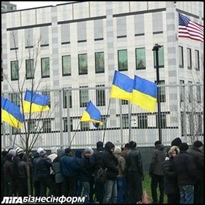 В Киеве противники Евромайдана пикетируют посольство США