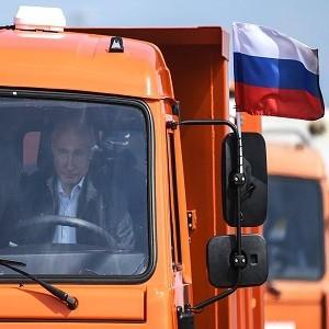 Владимир Путин въезжает в Крым на КамАЗе. Какой заложен скрытый символизм в этом действии?