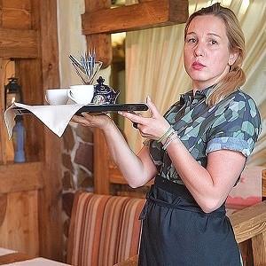 Работа официантов в ресторанах Москвы в разгар чемпионата по футболу