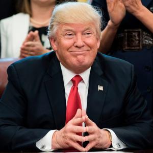 Трамп, используя неоконов, стремительно разрушает однополярный мир и долларовую гегемонию США