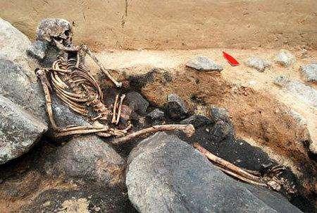 """10. «Экстраординарные» древние скелетыНесколько могил, датированных примерно временем Каменного века.В гробницах обнаружили комплект золотых украшений в виде собачьих зубов и скелет сидящей женщины. Археологи обнаружили эту гробницу в ходе обширных раскопок в центральной Германии.По материалам """"Экспресс-газеты""""."""