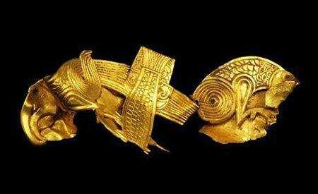 2. Крупнейший англосаксонский кладЛюбитель-кладоискатель из Англии нашел в июле наибольший англосаксонский клад за всю историю исследований. Мир увидел изысканные золотые украшения, драгоценные камушки и богато украшенное оружие.
