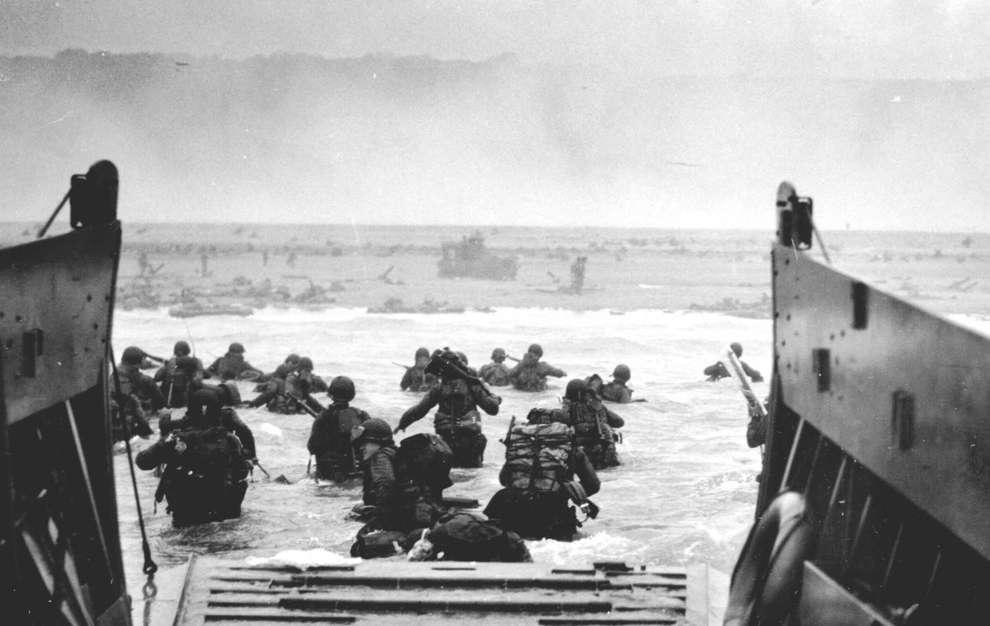 Войска армии США, высаживаются на берег во время дня «Д». Нормандия, 6 июня 1944 год.