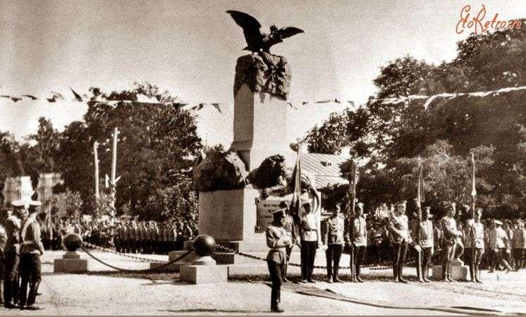 Укронацисты предпочитают воевать с памятниками – это безопаснее