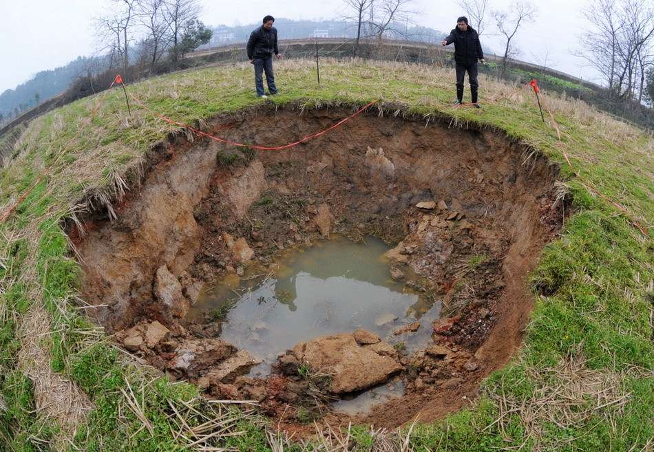 Невежественная наука не может объяснить повсеместные провалы грунта
