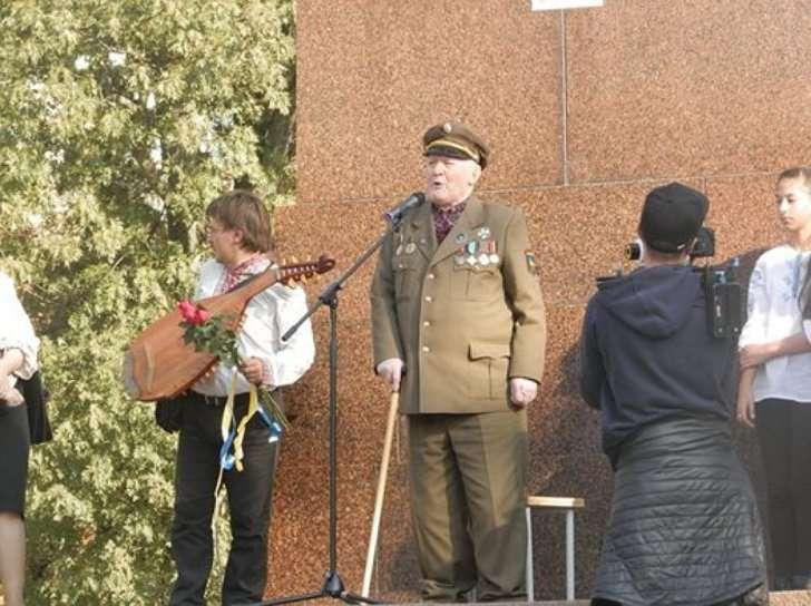 На праздник вывели престарелого трясущегося воина УПА, который призвал убивать москалей