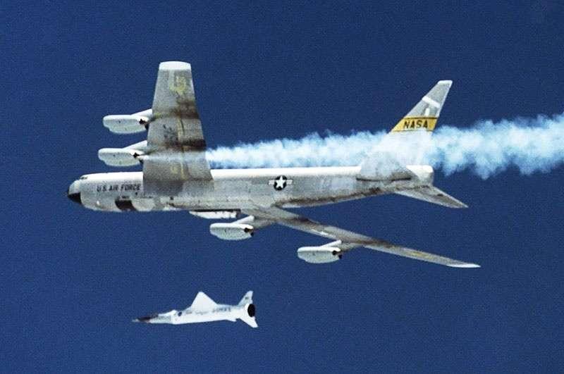США испытывают запуск ракеты-носителя с борта самолета.