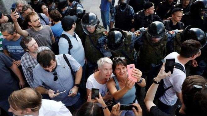 Протесты в Москве идут по всем правилам цветной революции