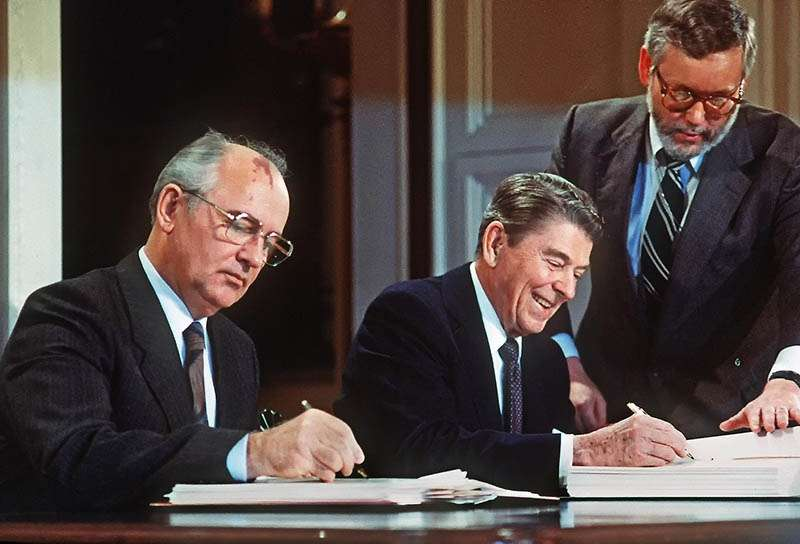 Генеральный секретарь ЦК КПСС М. С. Горбачёв и президент США Р. Рейган подписывают Договор в Белом доме, 1987 год. Они сделали это!