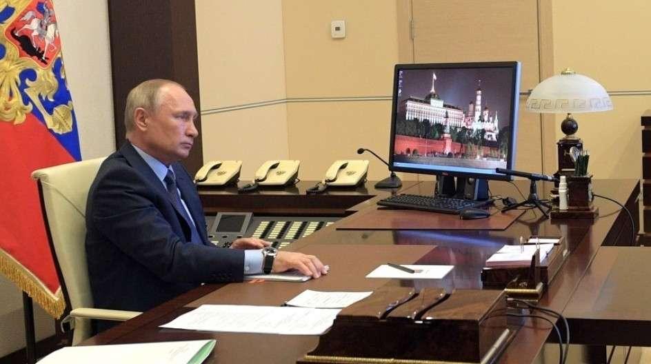 Владимир Путин поручил чиновникам готовить план по выходу из самоизоляции