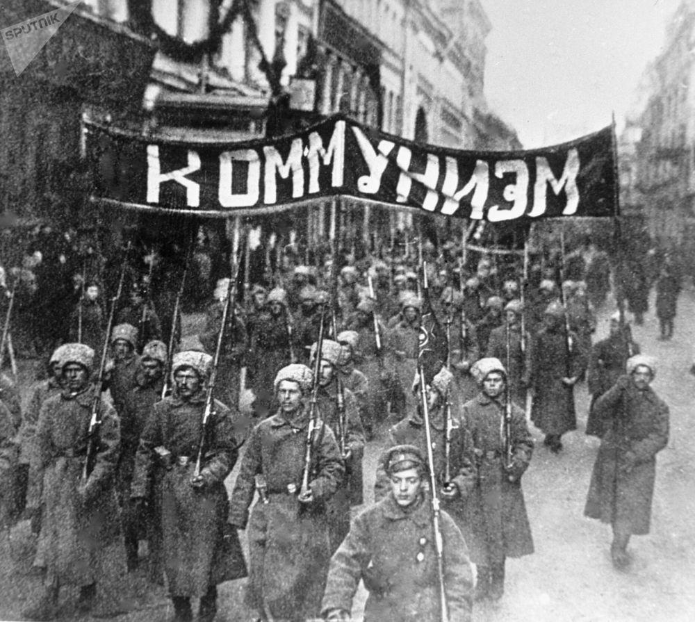 «Светлое коммунистическое будущее», шагающее на смену капитализму
