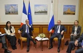 Президент Франции Франсуа Олланд и президент России Владимир Путин во время встречи в аэропорту Внуково-2