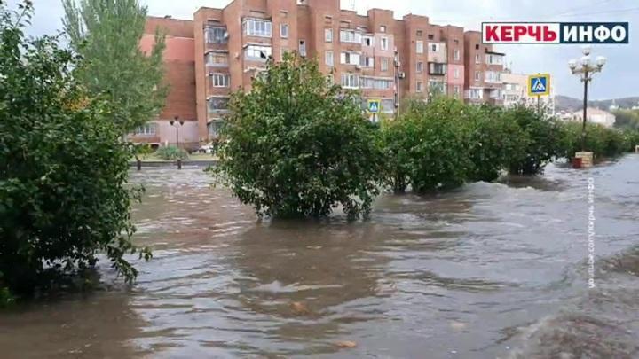 На южные регионы России обрушилась непогода. Керчь и Севастополь буквально ушли под воду