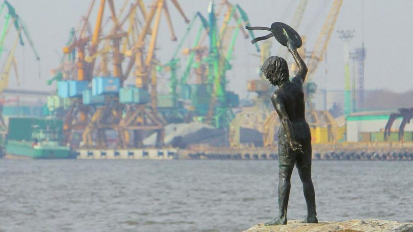 Памятник мальчику с бескозыркой и собакой, который провожает корабли в морском грузовом порту Клайпеды – РИА Новости, 1920, 04.09.2020