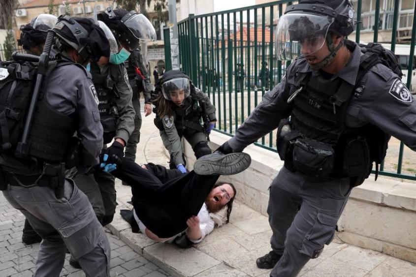 В Израиле ортодоксальные иудеи дерутся с полицией из-за коронавируса