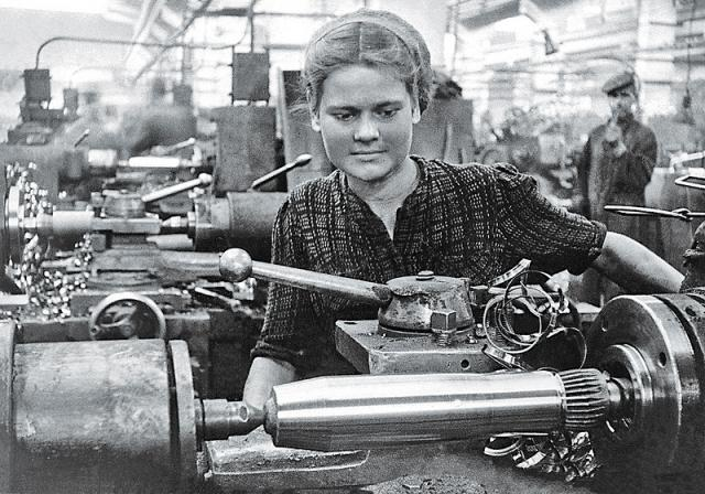 Советская женщина у токарного станка