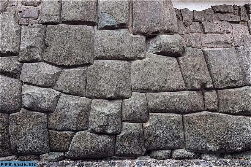 Под Петербургом на острове Котлин обнаружена загадочная стена с полигональной кладкой