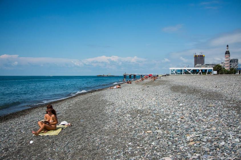 Типичная картина на батумском пляже в выходной день в разгар