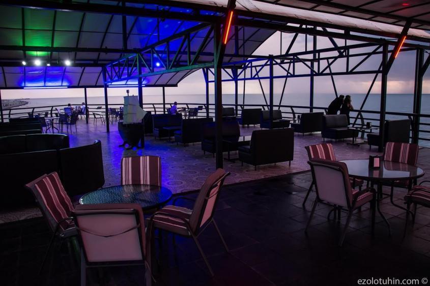 Летний вечер пятницы. Ресторан у моря в Батуми.