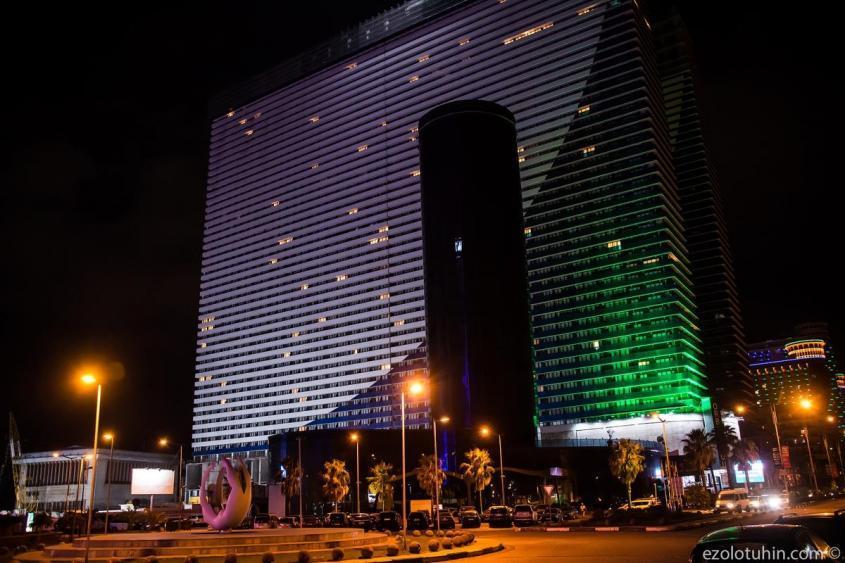 Самый модный и популярный в Батуми дом. Несколько тысяч апартаментов и 55 этажей. Июльский вечером свет горит лишь в паре десятков окон.
