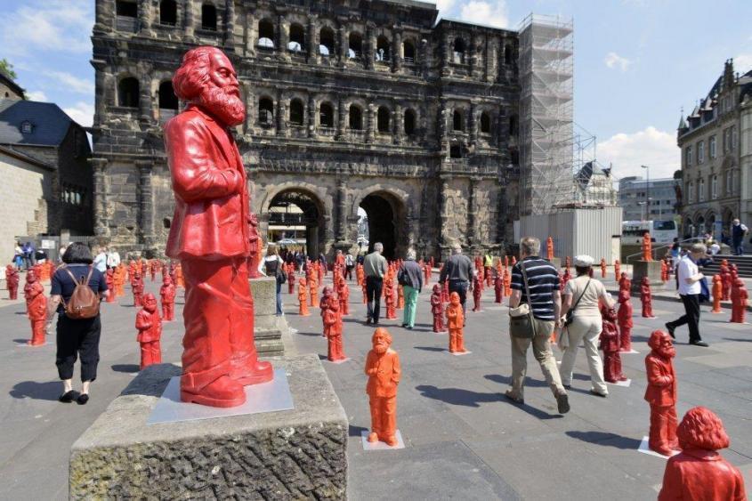 5 мая 2013 года на родине Маркса в Трире. В инсталляции Отмана Херла – 500 красных статуэток автора