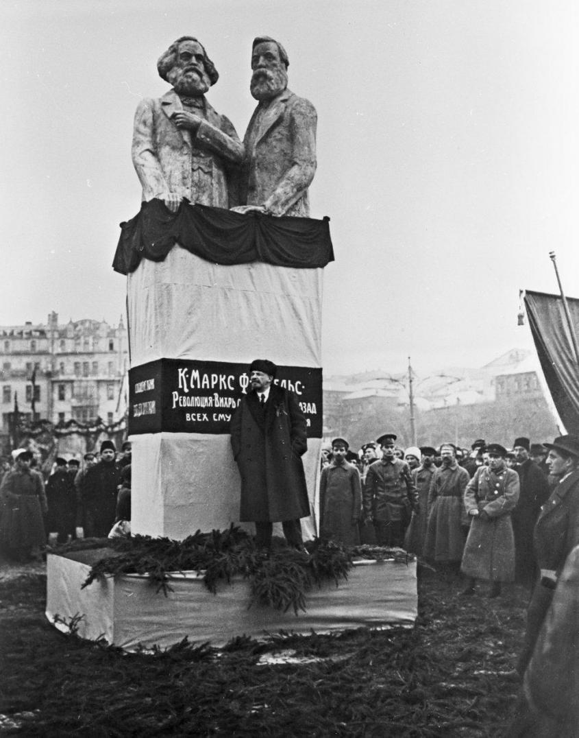 Владимир Ильич Ленин на открытии временного памятника Карлу Марксу и Фридриху Энгельсу на Воскресенской площади (ныне площадь Революции) в Москве. 7 ноября 1918 года.  / РИА Новости
