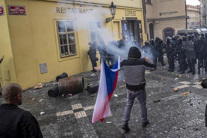 Жёсткий разгон мирной антикоронавирусной демонстрации в Праге