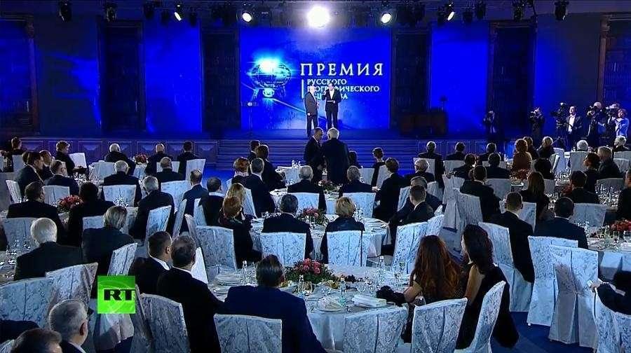 Владимир Путин принимает участие в церемонии вручения премий РГО — прямая трансляция