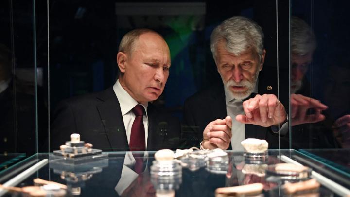 Владимир Владимир Путин побывал в подземном музее и послушал обновленные куранты