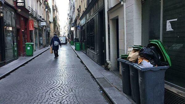Мусорные баки на улицах Парижа