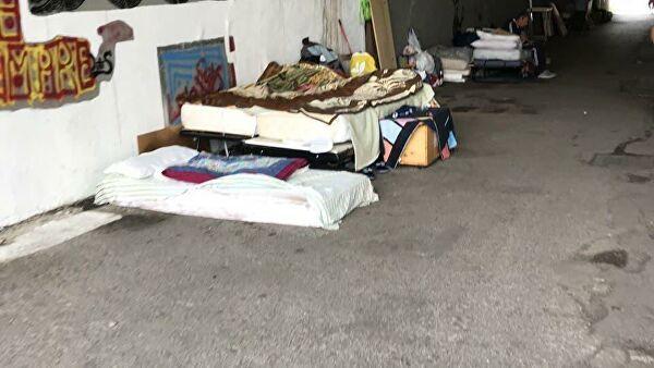 Лежбище бездомных на улице Рима