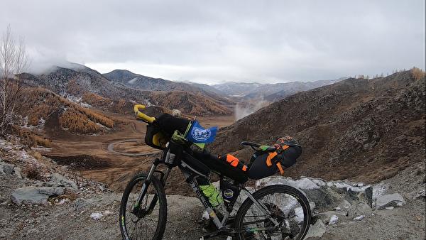 Велосипед Егора Ковальчука на фоне алтайских гор