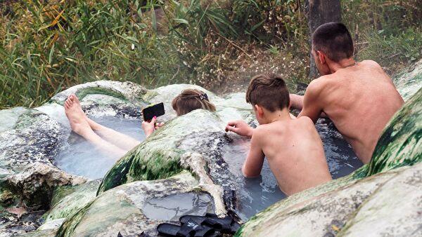 Люди купаются в открытых купальнях с водой из минерального источника в Пятигорске
