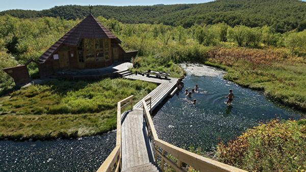 Туристы купаются в Налычевских термальных источниках в природном парке Вулканы Камчатки