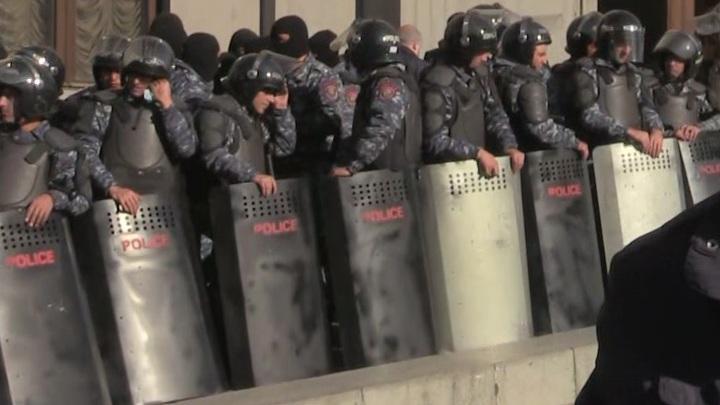 Протестующая Армения ищет пропавшего Пашиняна чтобы линчевать чтобы линчевать