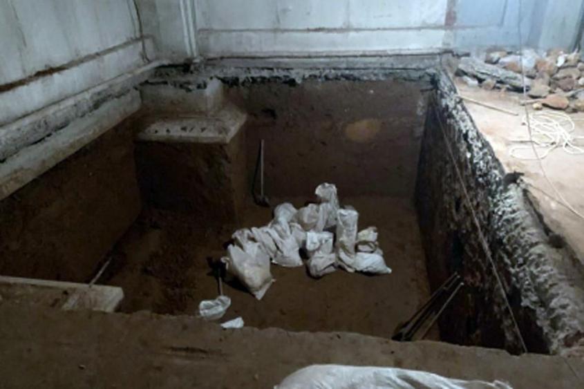 Рабочие должны были с нуля оборудовать в подвале многоэтажки сауну, с парилкой и бассейном. Фото: ГСУ СК РФ по Москве