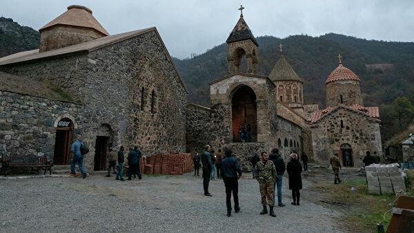 Люди у монастыря Дадиванк в Карвачарском районе Карабаха