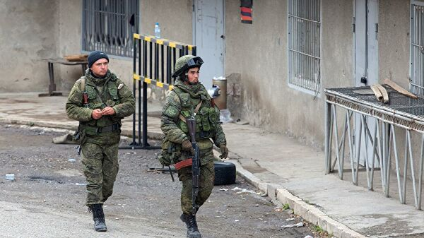Российские военнослужащие из состава миротворческих сил в городе Лачин